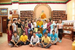 Шаджин-лама Калмыкии Тэло Тулку Ринпоче со студентами