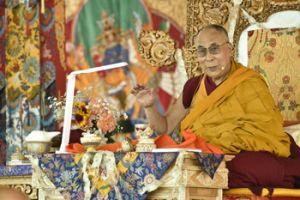 Его Святейшество Далай-лама обращается к участникам  33-его посвящения Калачакры. Фото: Мануэль Бауэр.
