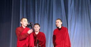 Буддийский монах Санан Матвенов на благотворительном концерте, посвященном Цаган Сар