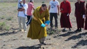 Тэло Тулку Ринпоче отмечает место  для строительства ступы Просветлния, Калмыкия,