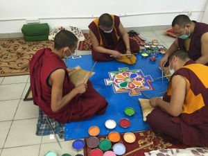 Мандалу Будды любви и сострадания возводят в Адлере монахи Дрепунг Гоманга