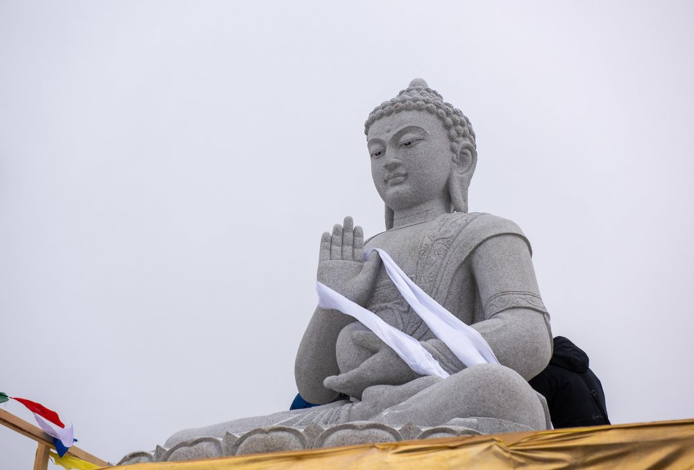 Во Владивостоке состоялось открытие статуи Будды Амогасиддхи